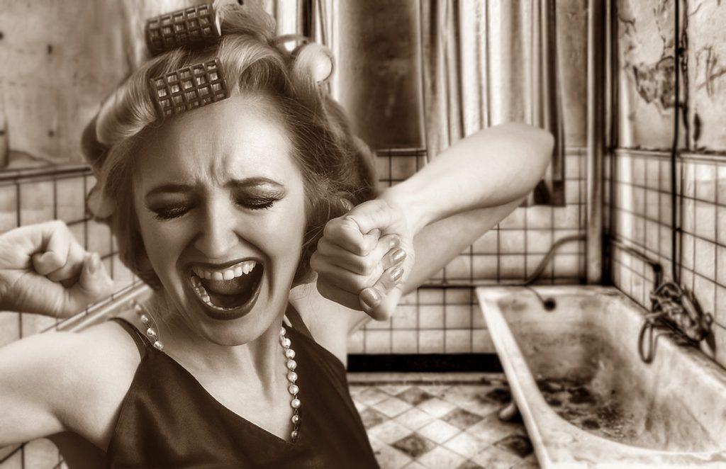 あくびをしている女性