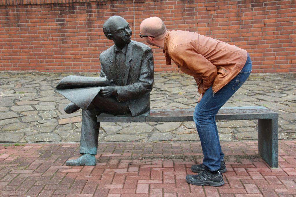 銅像に話しかける男性