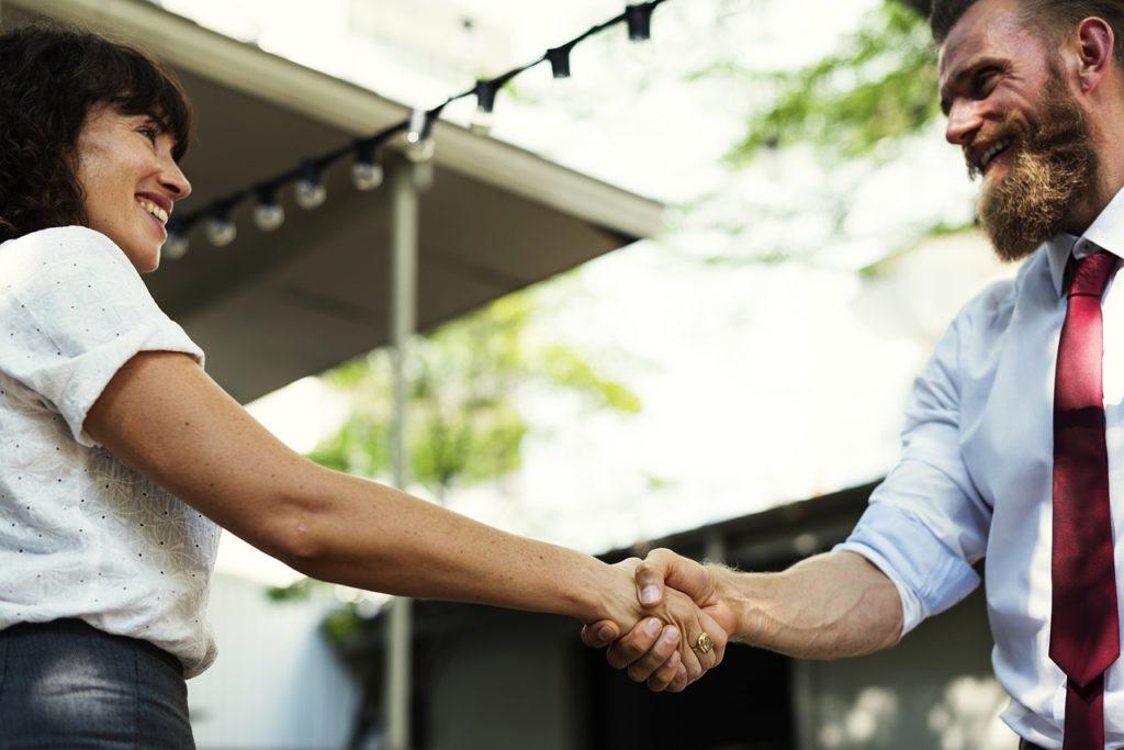 握手を交わす二人の男女